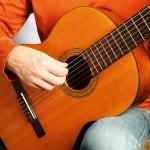posizione per suonare la chitarra classica